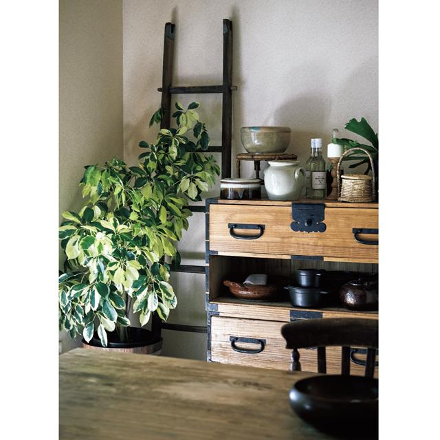 床の間には実家から持ってきた桐箪笥を置き、鍋などの収納として活用