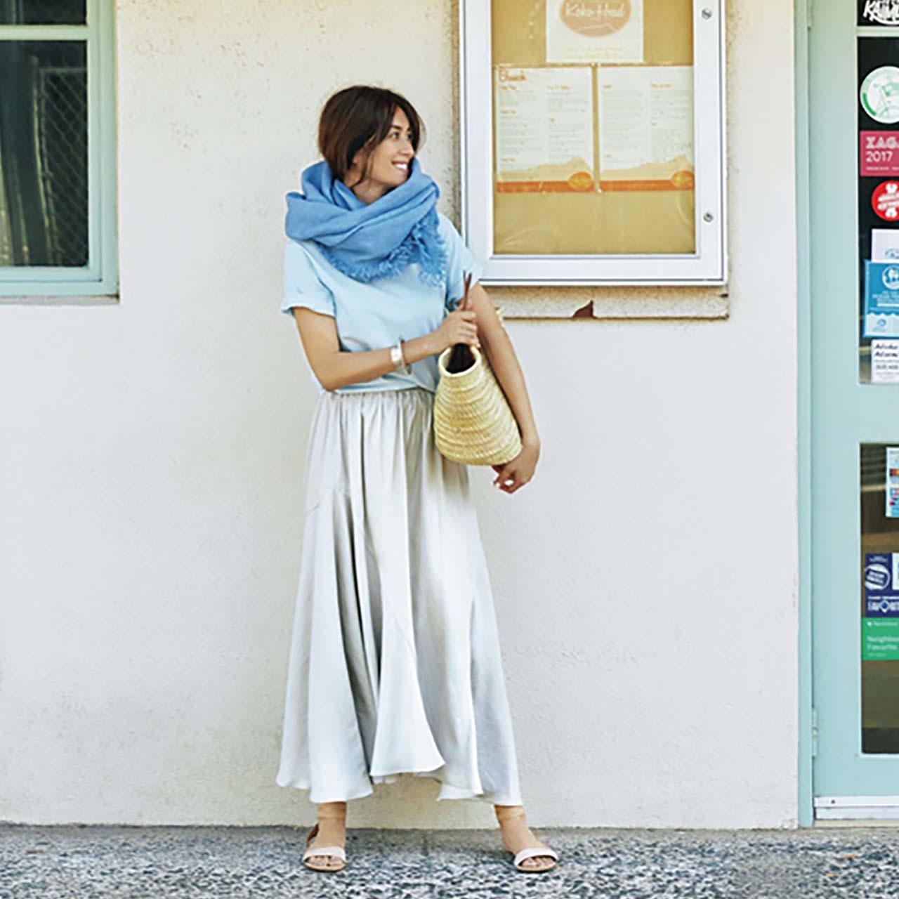 Tシャツ×ツヤありスカートコーデを着たモデルのブレンダさん