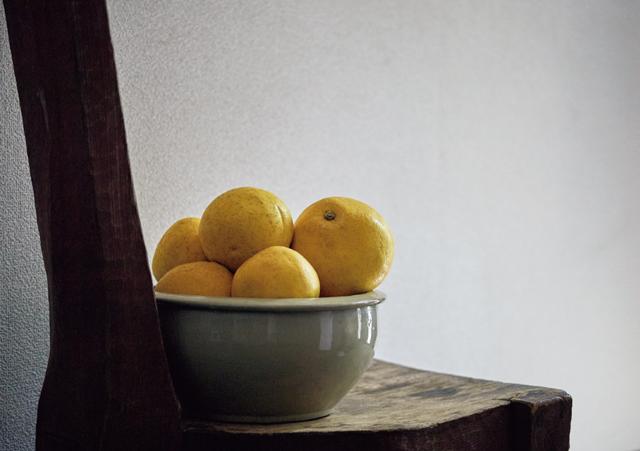 玄関に置いたオブジェのような椅子の上には、さりげなく季節の果物があしらわれていた。しつらいの美しさに目がとまる。