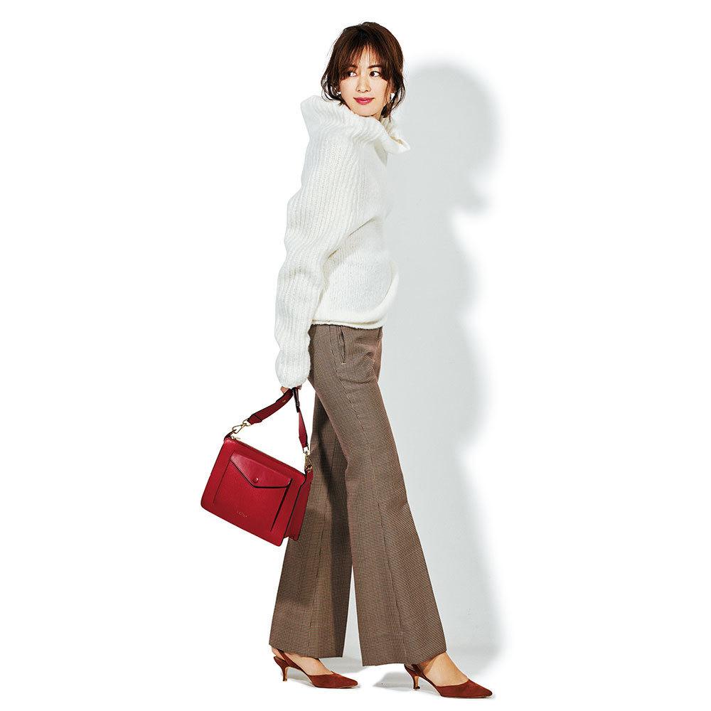 赤バッグ×白のゆったりニットのファッションコーデ