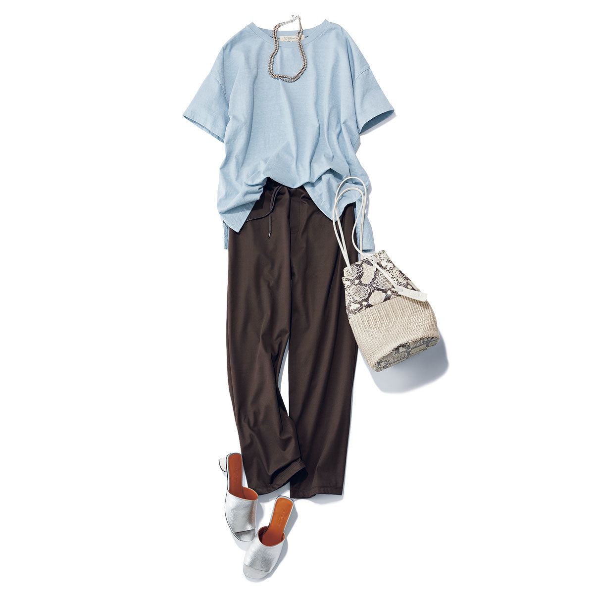 ■レミ レリーフのくすみブルーTシャツ × ブラウンのパンツ