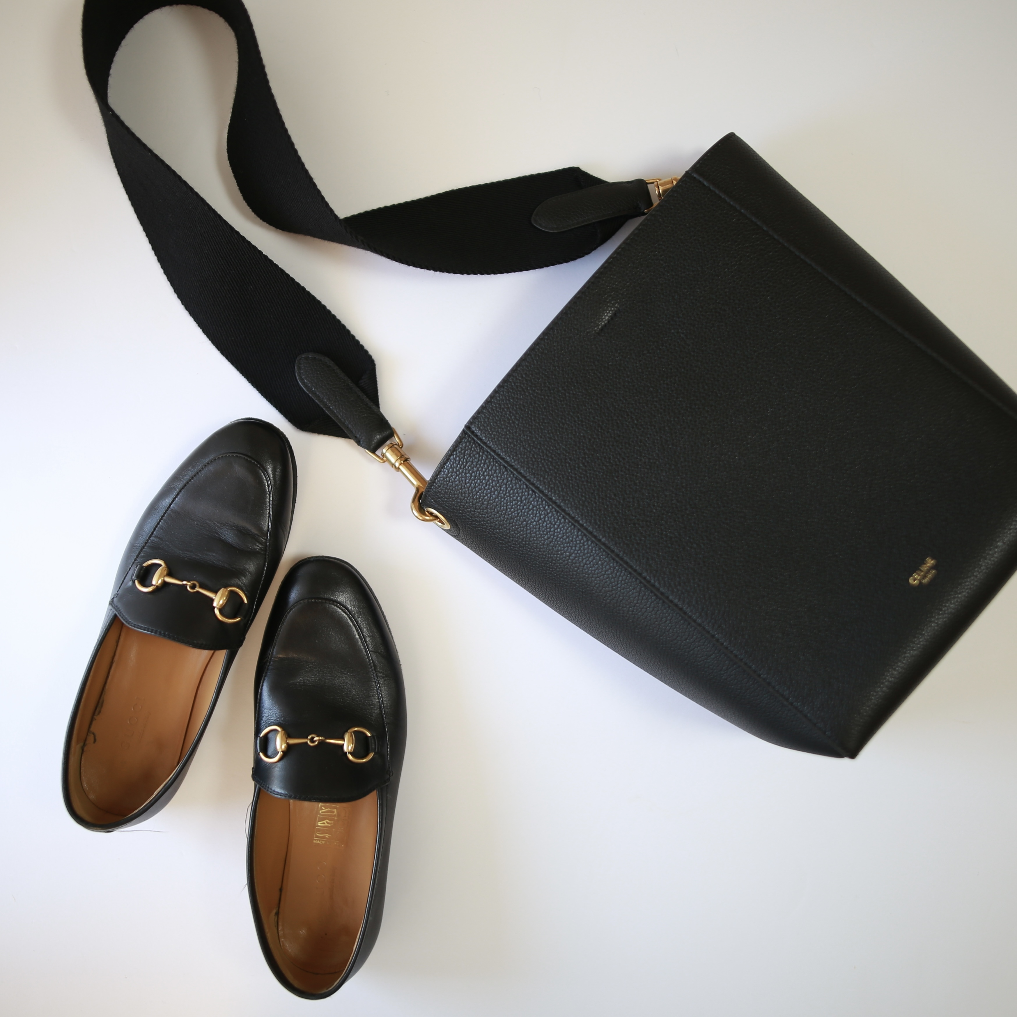 黒バッグと黒ローファー