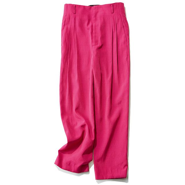ルーズなシルエットのピンクのテーパードパンツ