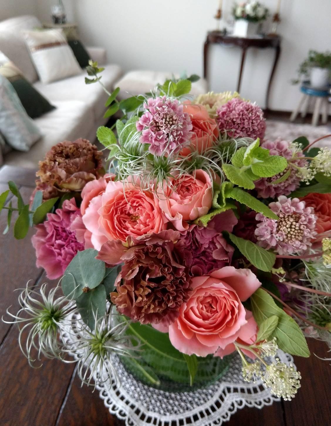 季節のお花をいつもリビングに飾っています