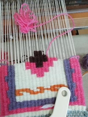 織り途中の柄を眺めるのも好きです