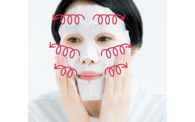 《2》その後、マスク上に乳液をクルクルのせる。