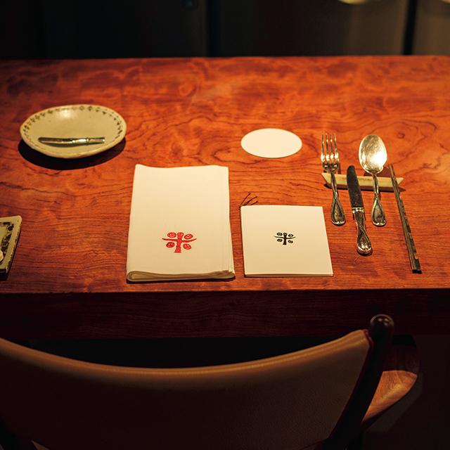 オープンキッチンのカウンターのほかテーブル席も