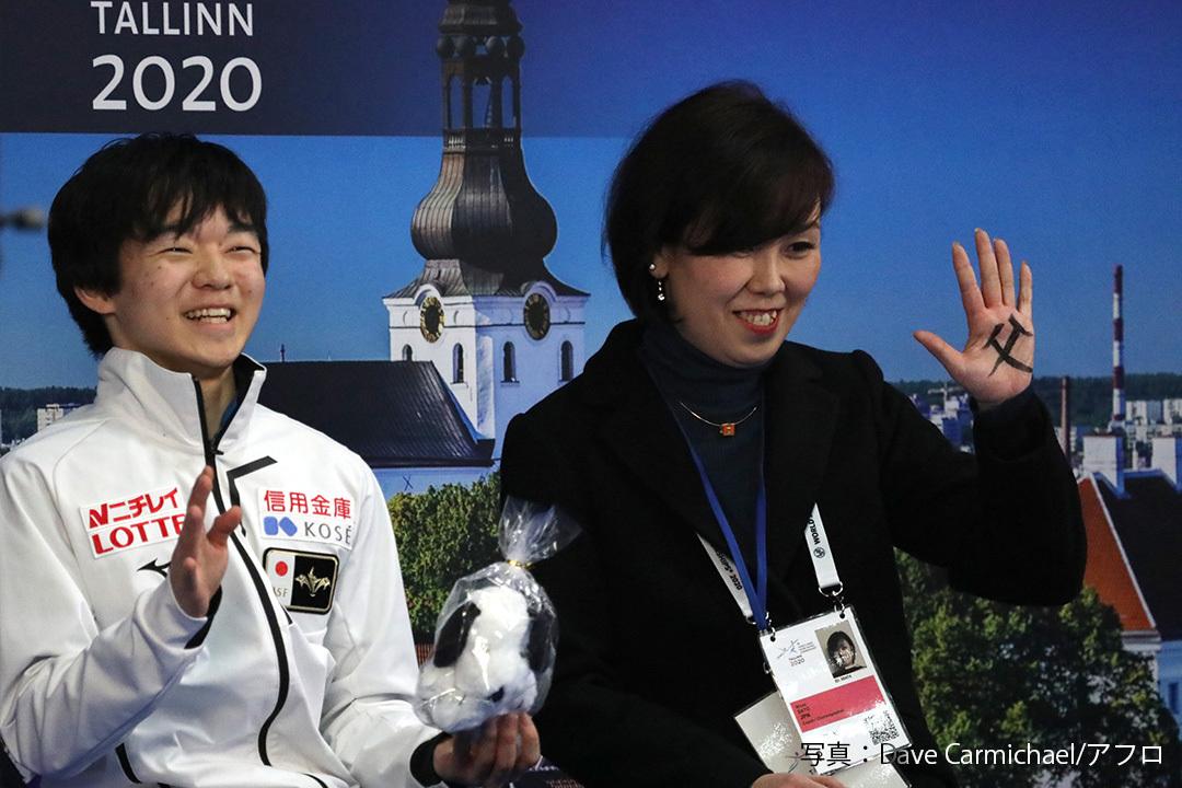 世界ジュニア選手権2020のキス&クライで笑顔を見せるフィギュアスケート男子シングル鍵山優真(Yuma Kagiyama)
