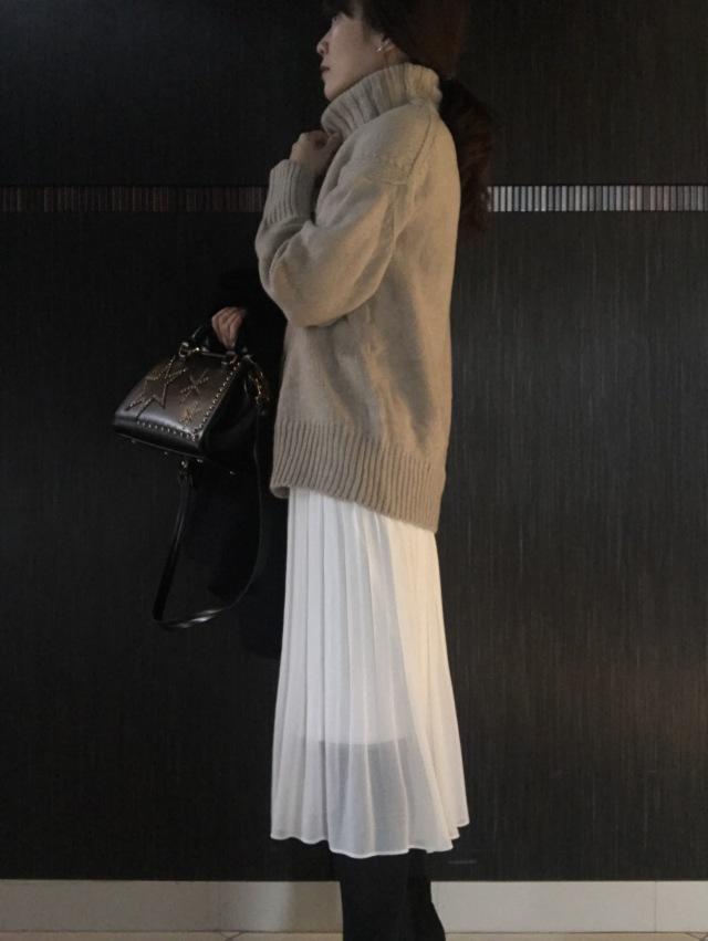 冬コーデに抜け感を演出!白のプリーツスカート_1_2