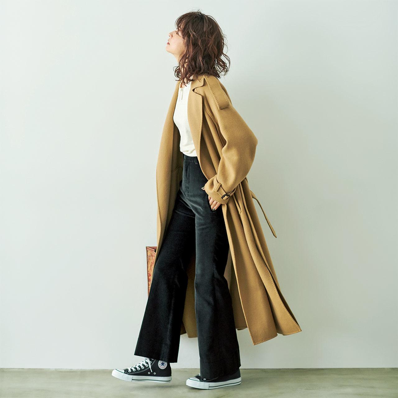 ファッション ロングコート×黒のコーデュロイパンツコーデ