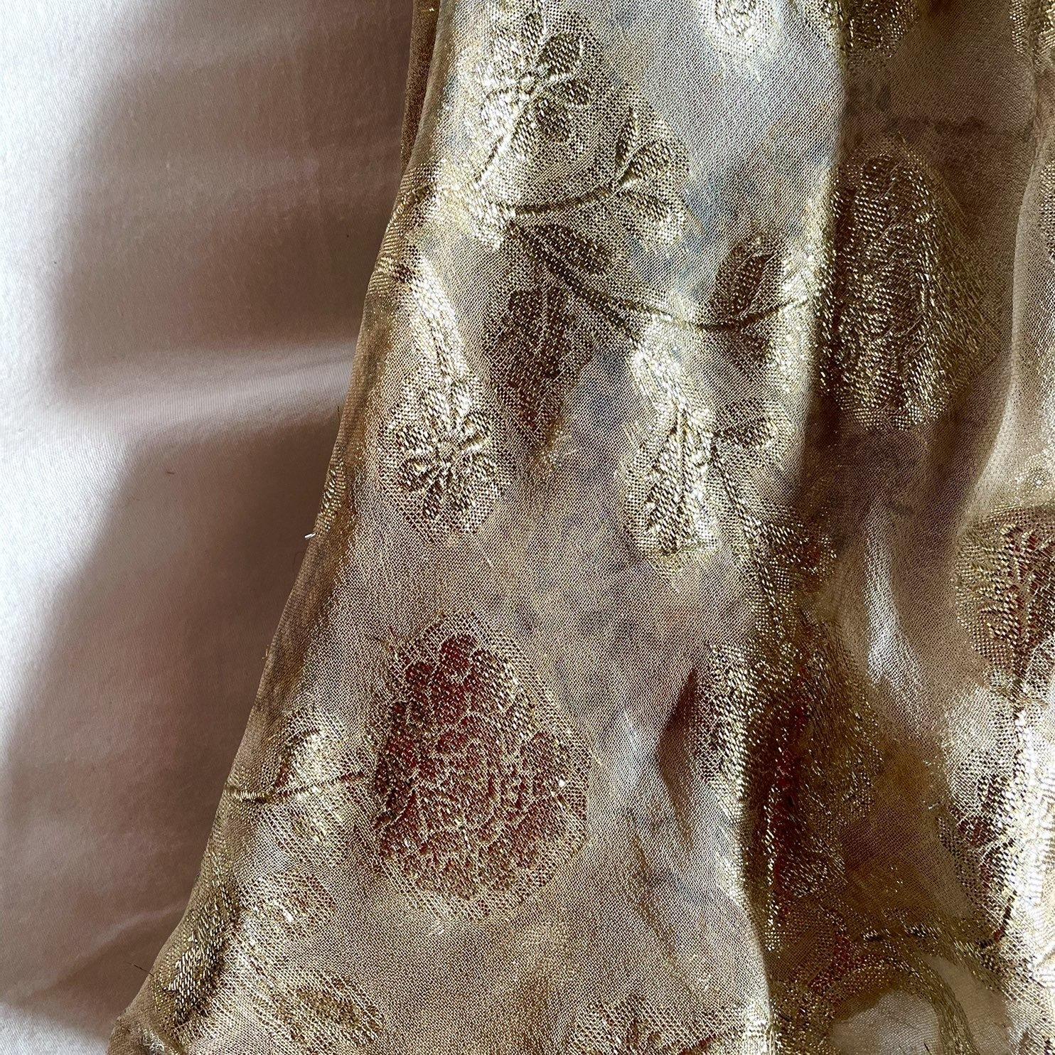花柄ロングスカート、ゴールドの糸で刺繍された花柄の部分のアップ画像