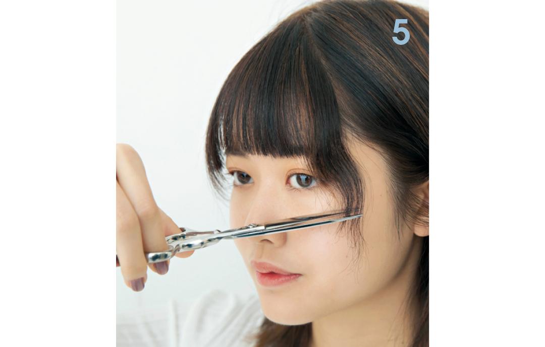 触角を少しだけ短く  短め前髪に合わせて、触角を頬骨の高さにカットする。最初は長さを頬骨の下まで切って。