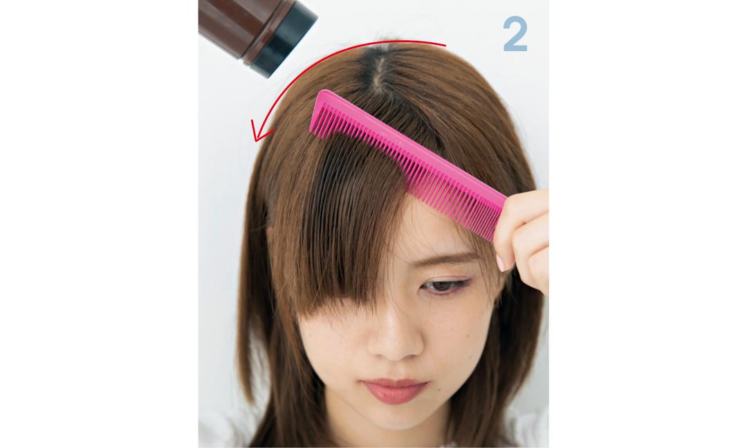 分け目とは反対側に、コームで前髪を流しながらドライヤーで乾かす。