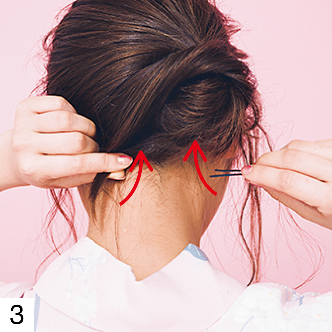 ねじった毛先はピンで固定する。ピンは髪を巻きつけたのと逆の方向からさすとしっかり固定できる。髪を巻きつける時もピンをさす時もおだんごが崩れないよう注意。