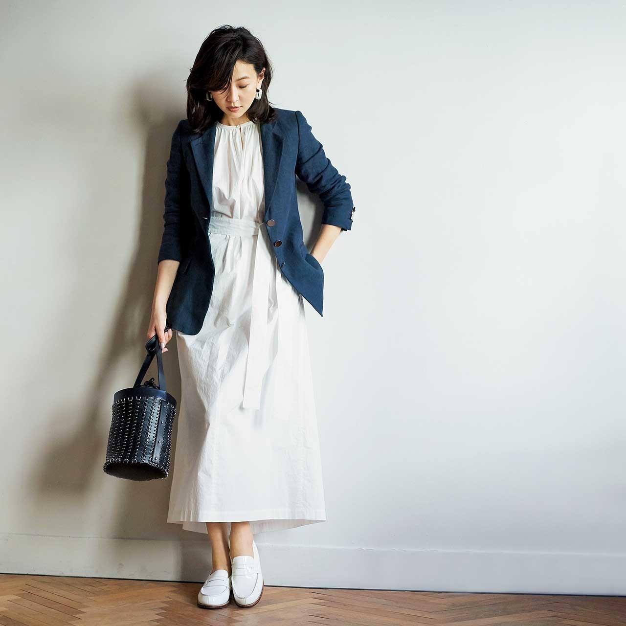 ロングワンピース×ジャケットコーデを着たモデルの五明祐子さん