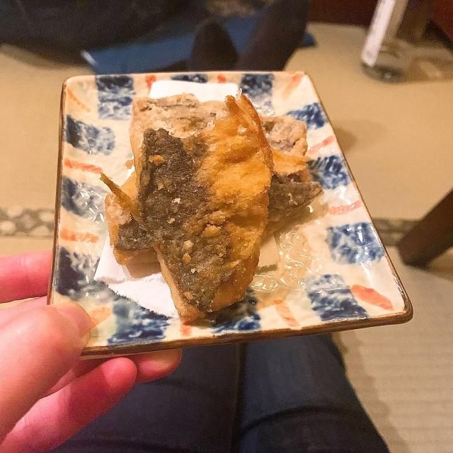 竜田揚げ(齧りかけ)。新鮮なお魚はお刺身にするより、焼きor揚げのほうが身の柔らかさが生きることを知った。フワッフワ!
