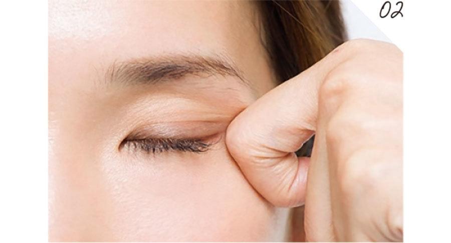 目の下の骨を、01で当てた指に感じる状態で、目線はまっすぐのまま、ゆっくり目の開閉を繰り返す