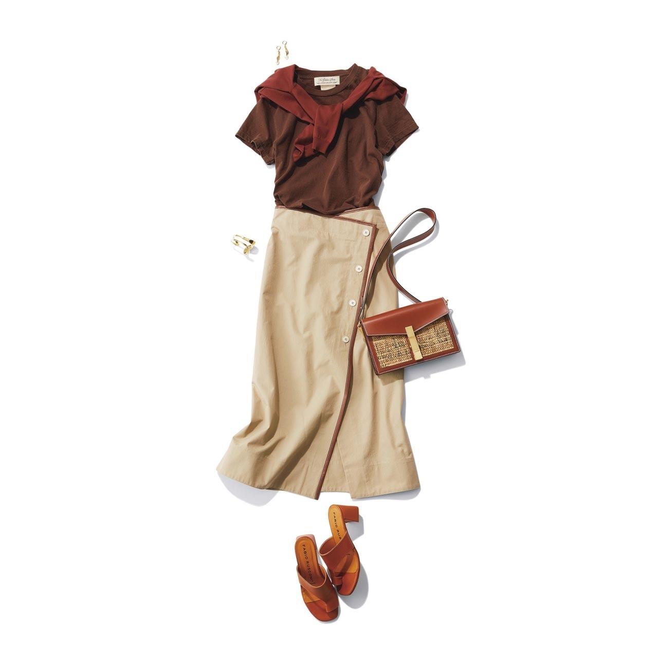■ブラウンTシャツ×ベージュのハリ感スカートコーデ