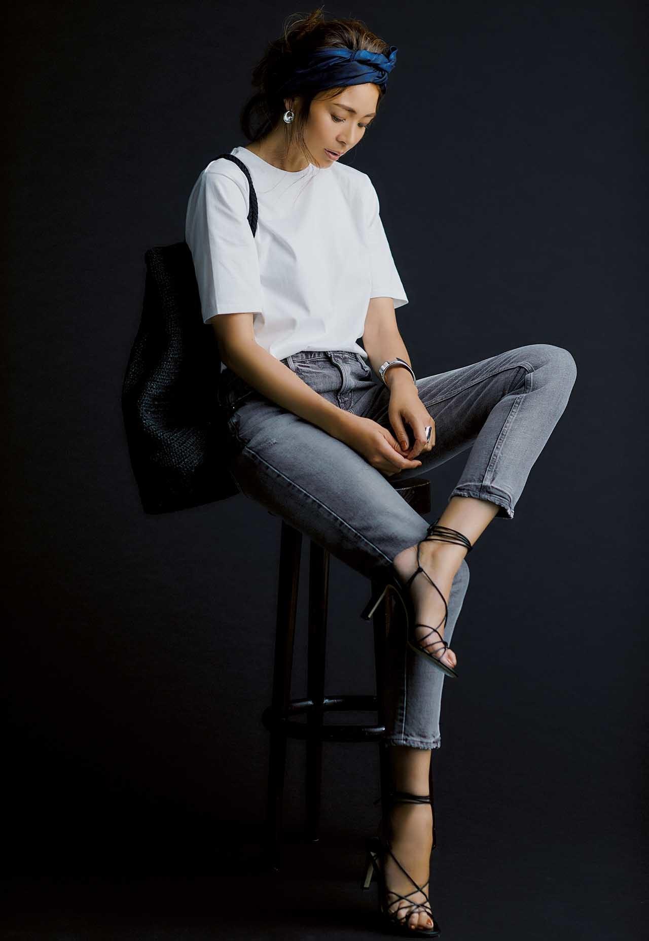 ATONの白Tシャツ×色落ちブラックデニムを着たモデルのSHIHOさん