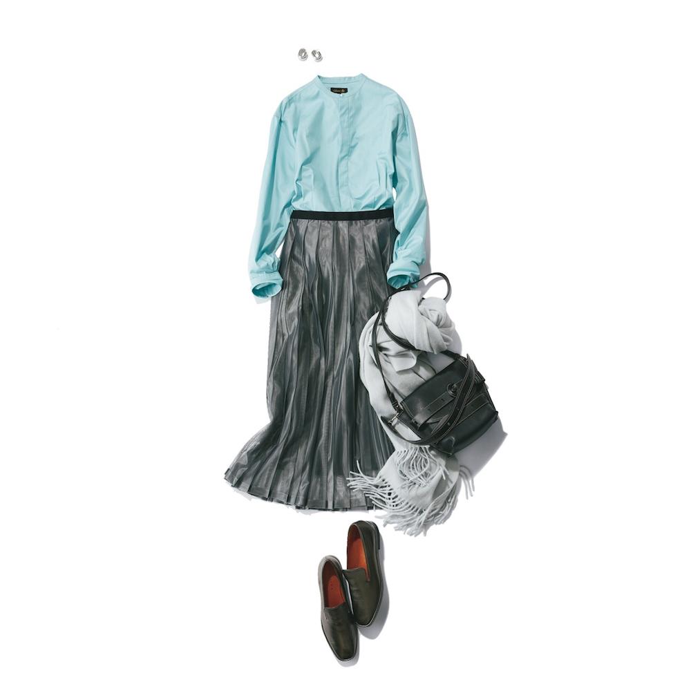 光沢スカートとローファー