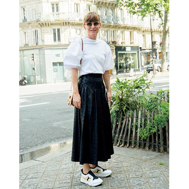 ひねりの効いたデザインが印象的! パリ&ミラノのマダム「白トップスコーデ」 五選_1_1-1