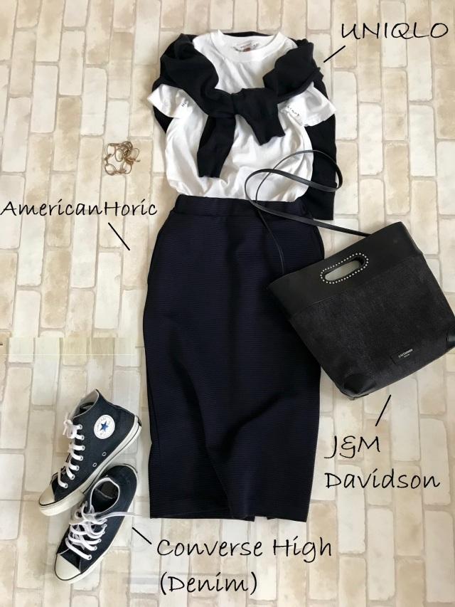 黒コンバースのハイカットスニーカー×Tシャツ&スカートのファッションコーデ