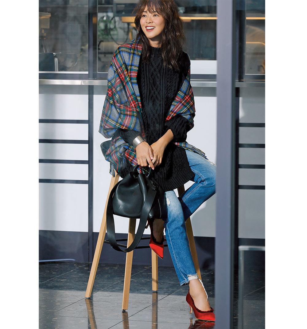 赤パンプス×黒ニット&デニムパンツのファッションコーデ