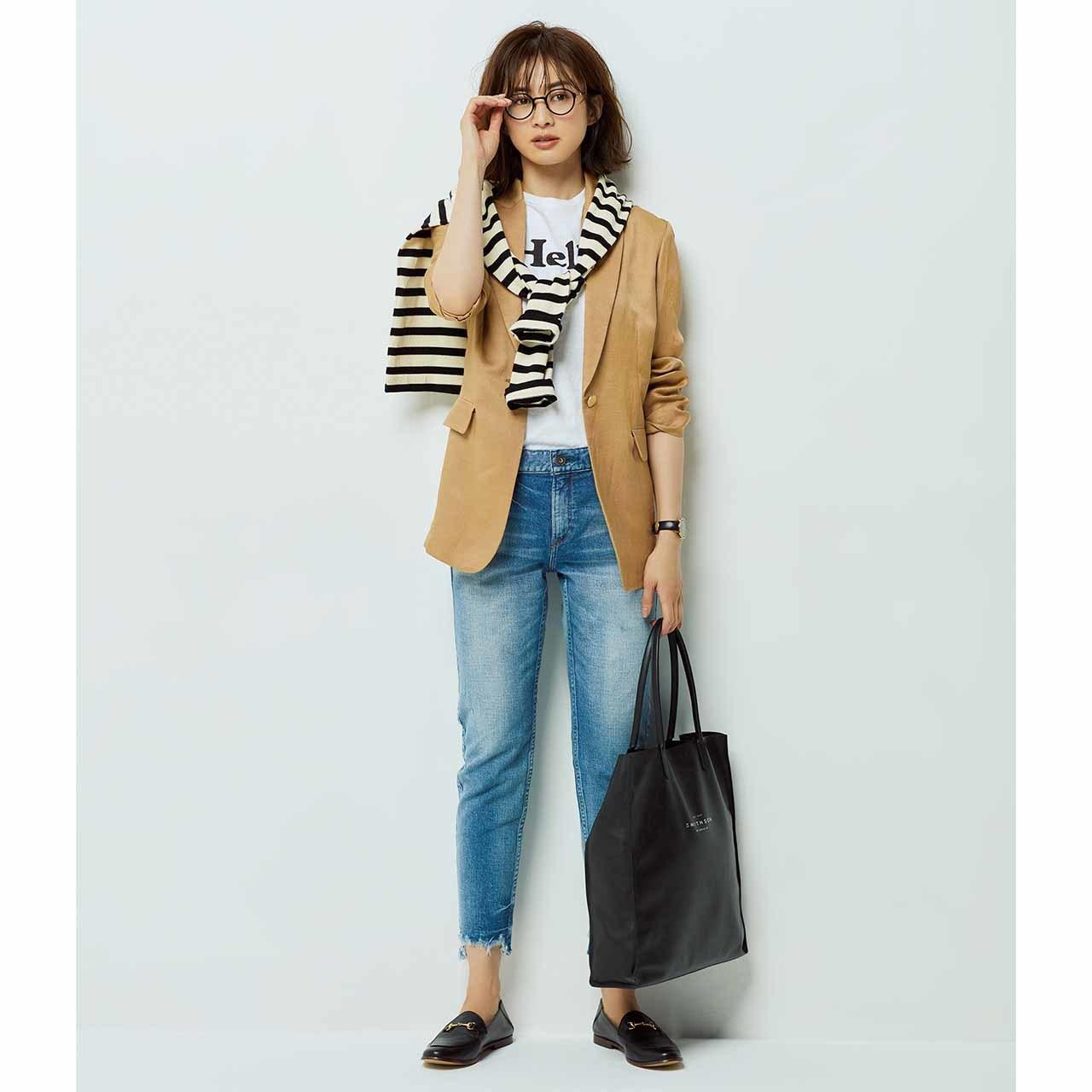 レリタージュのジャケット×デニムトコーデを着たモデルの高垣麗子さん