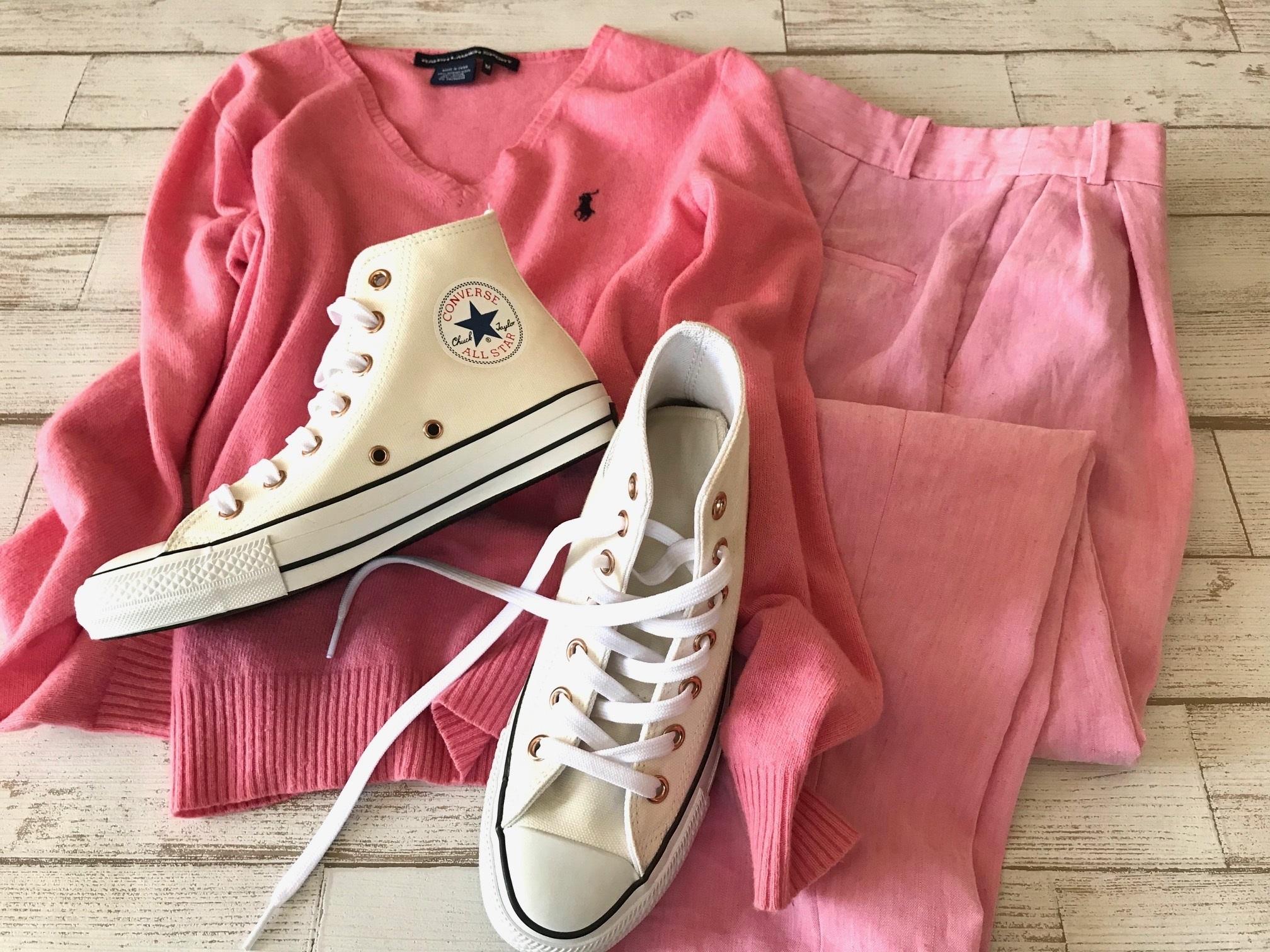 白コンバースのハイカットスニーカー×Tシャツ&ローズピンクのワントーンファッションコーデ