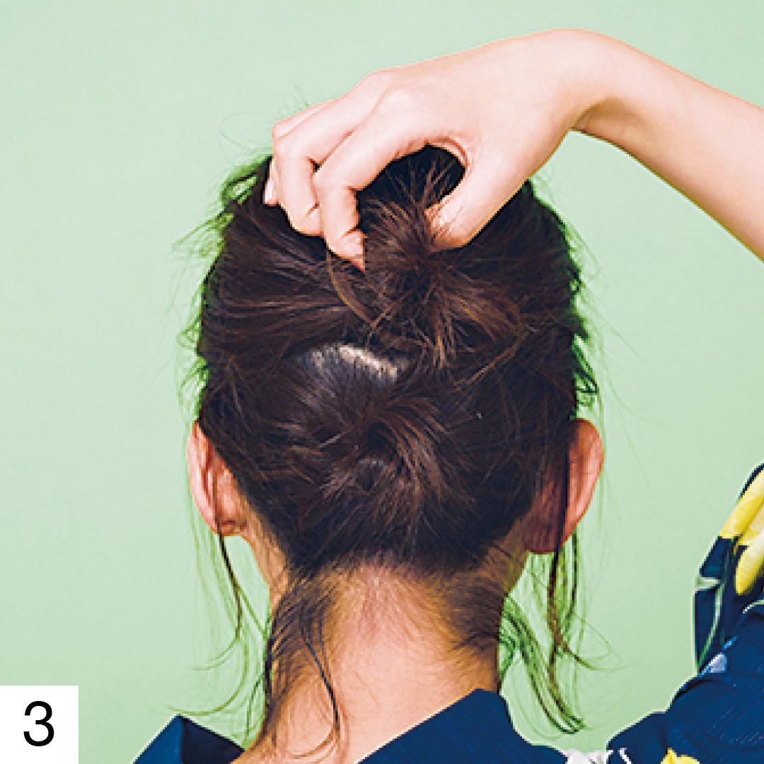 上下2つでおだんごができた状態。一つ結びができなくてもこれならアップヘアができる! まとめられない分はピンで留めるか、ワックスをなじませて束感を出して。