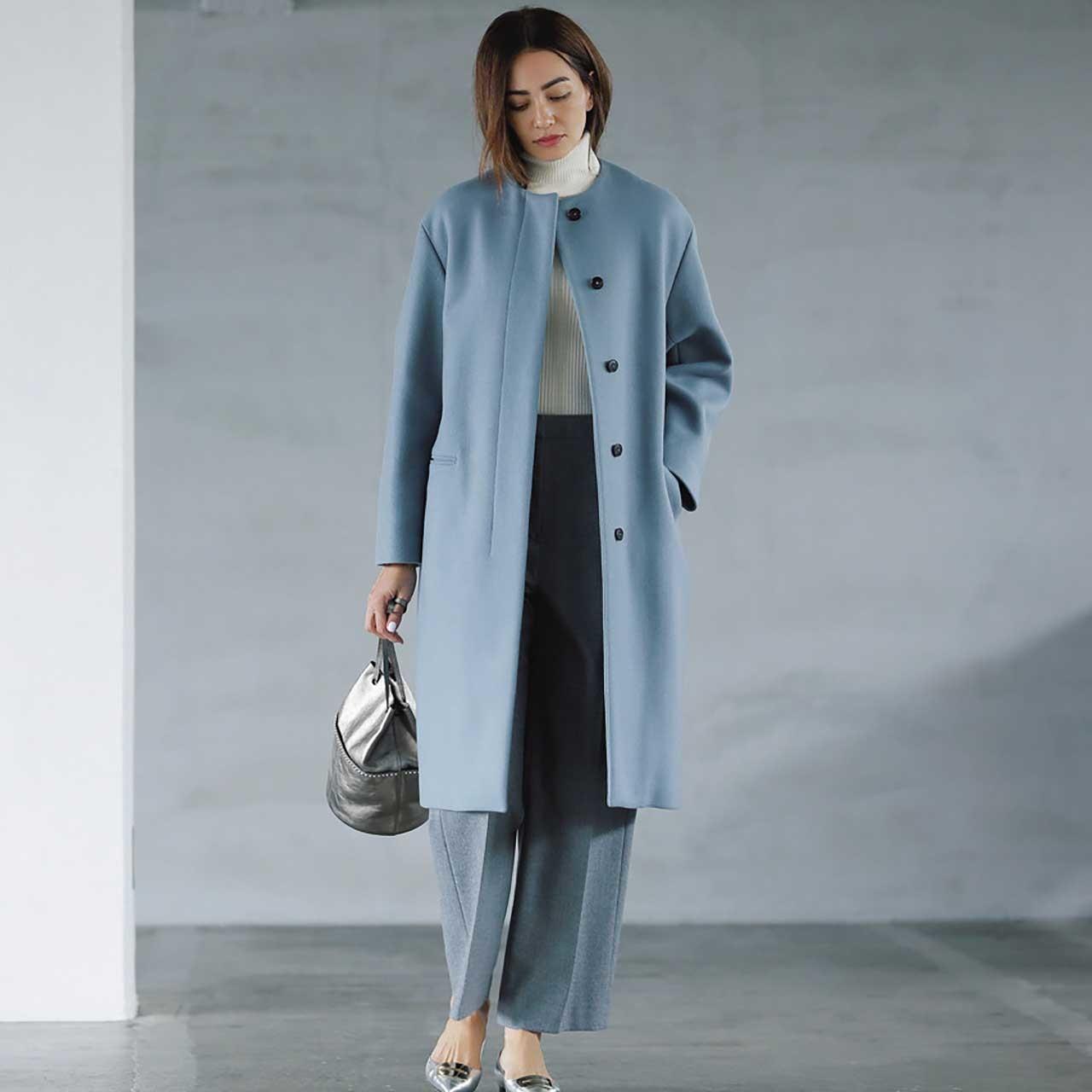 コート×タートルネックニット×パンツコーデを着たモデルのRINAさん