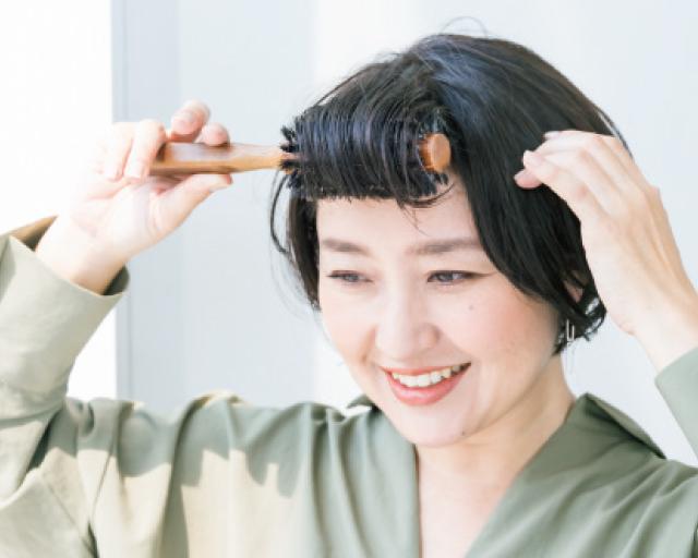 ロールブラシで前髪の根元を起こすように