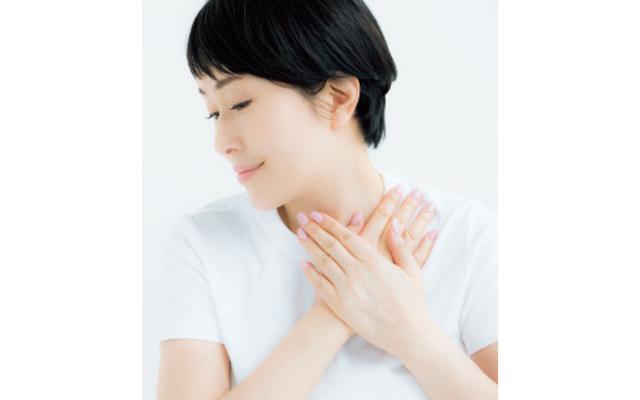 《3》手に残ったものを首もとになじませつつ、荒れやすい手の甲にもふわりとのせて。