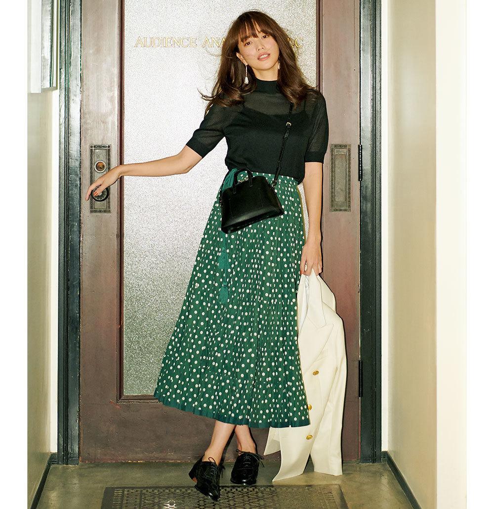 透け感のある半袖ニット×ドット柄のスカートコーデ