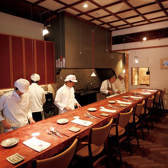京都の三条京阪にあるフレンチレストラン「新門前 米村」の店内