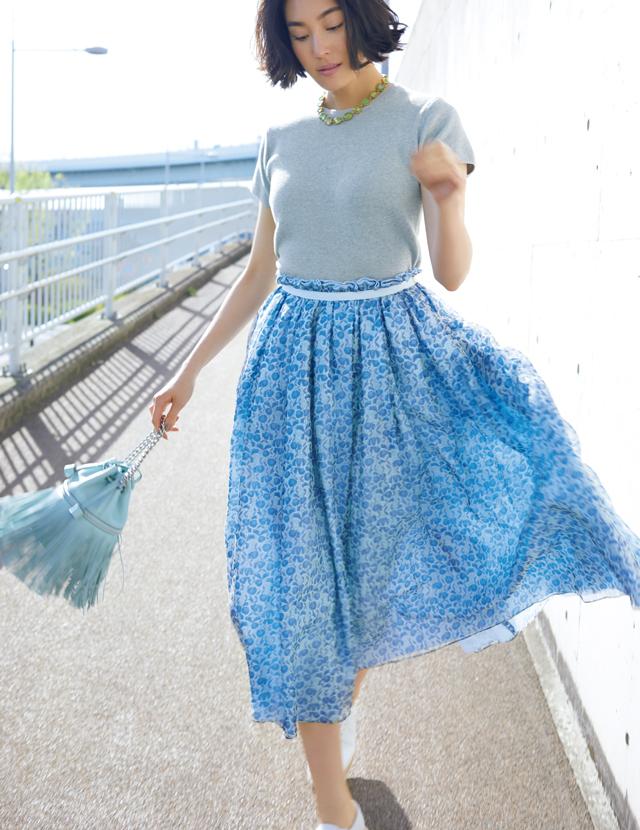 繊細なデザインのドゥロワーのスカートを着こなすLIZA