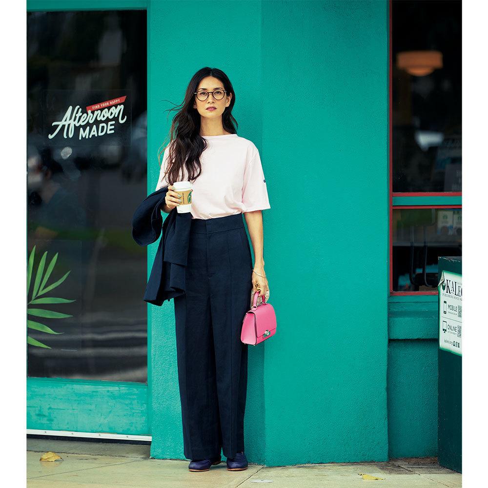 ピンクバッグ×パンツスーツのファッションコーデ