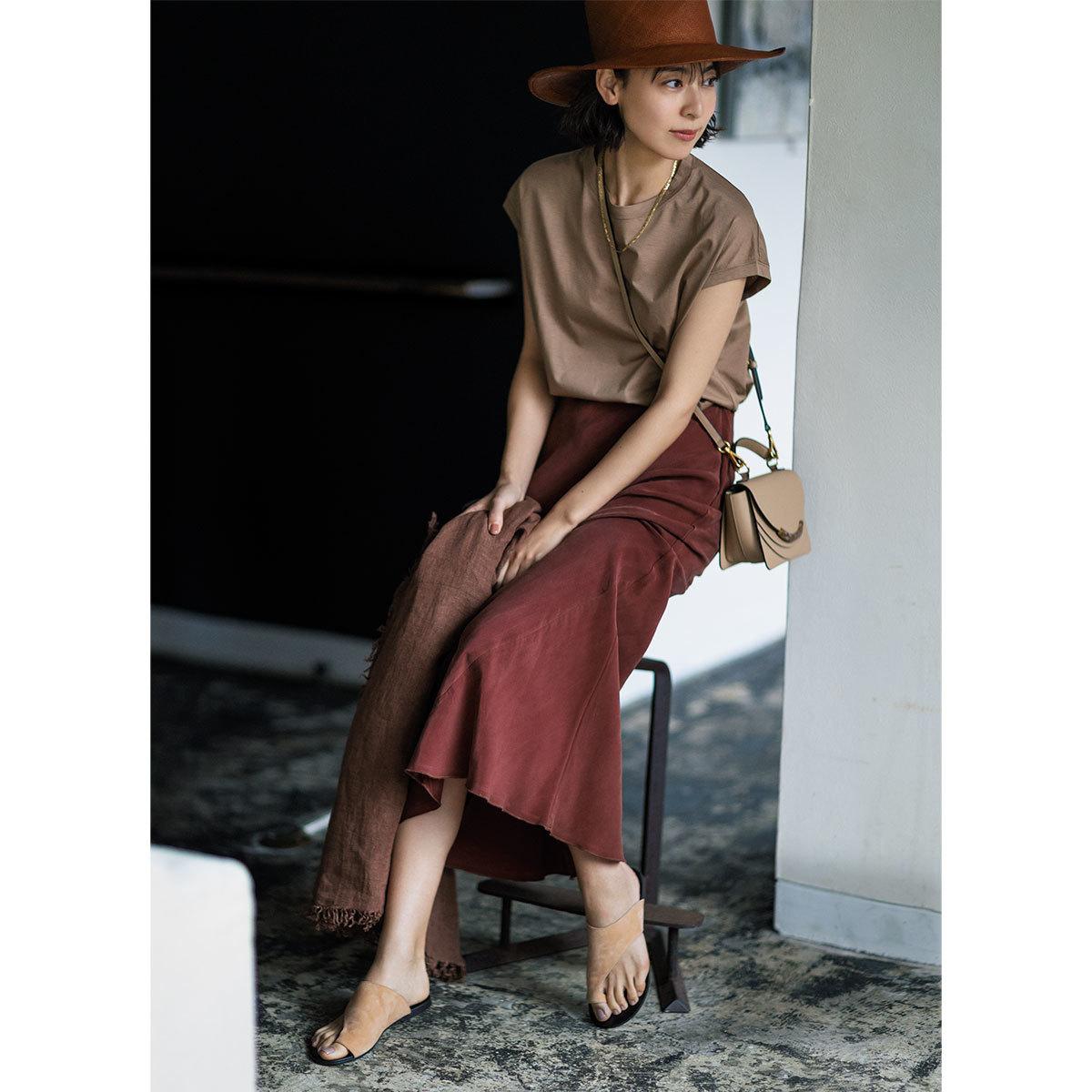 ブラウンロングスカートとブラウンTシャツ、サンダルのコーデ 小泉里子