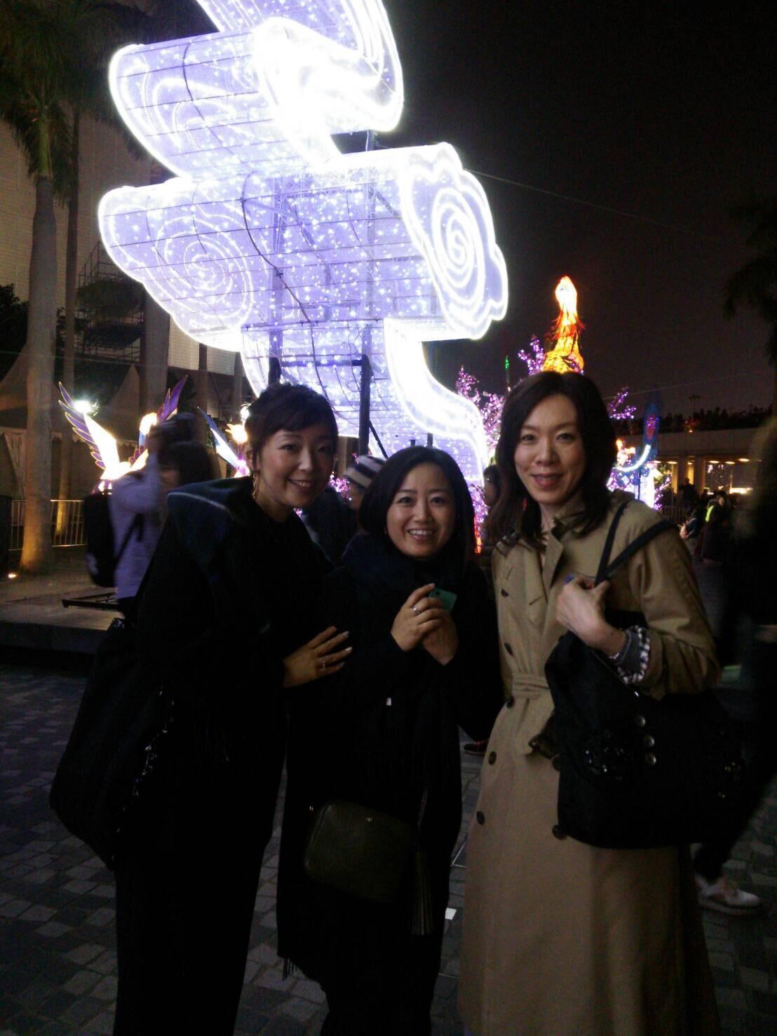香港は21℃。旅コーデは「トレンチ」「インナーダウン」「薄ニット」があれば寒暖差も自由自在!_1_2-3