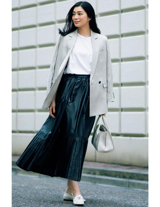 ジャケットスタイルにレザー見えする黒スカートをコーデしたゆうき