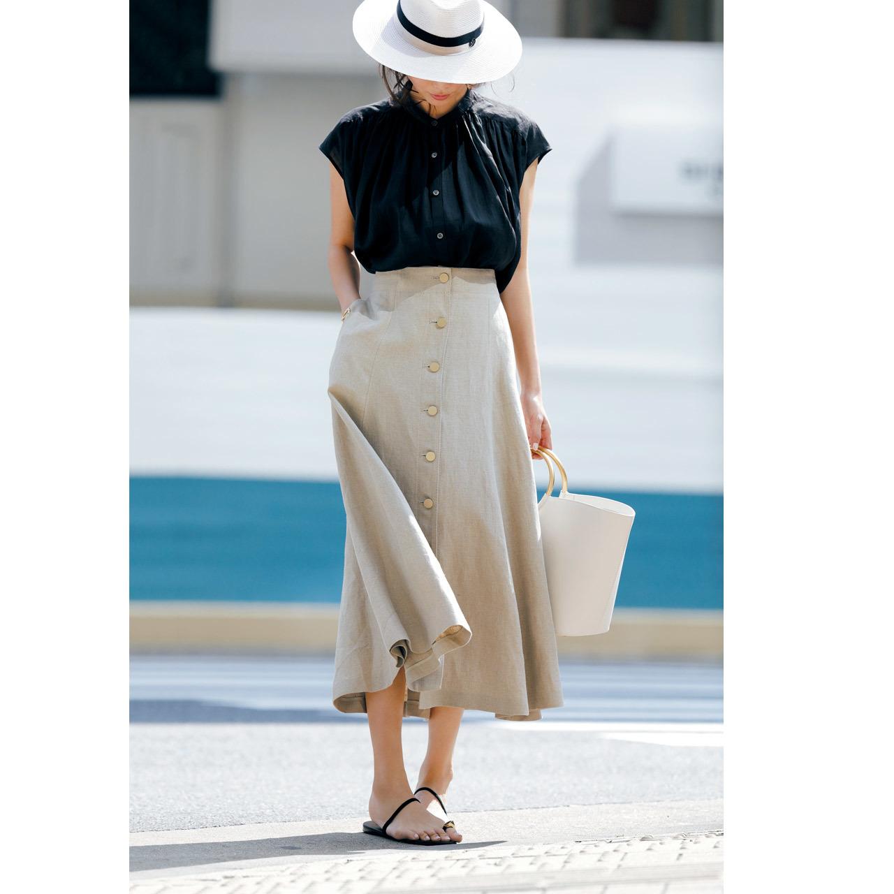 <シンプルな黒ワンピースは夏小物でほんのりドラマティックに仕上げて><黒のフレンチ袖ブラウス+ベージュのリネンスカート>