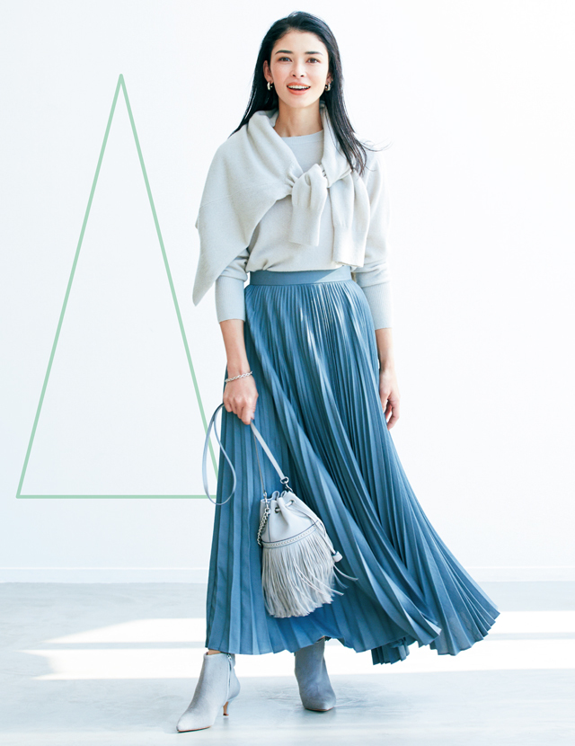 たっぷり広がるプリーツスカートで長い円錐形コーデのアドリアナ