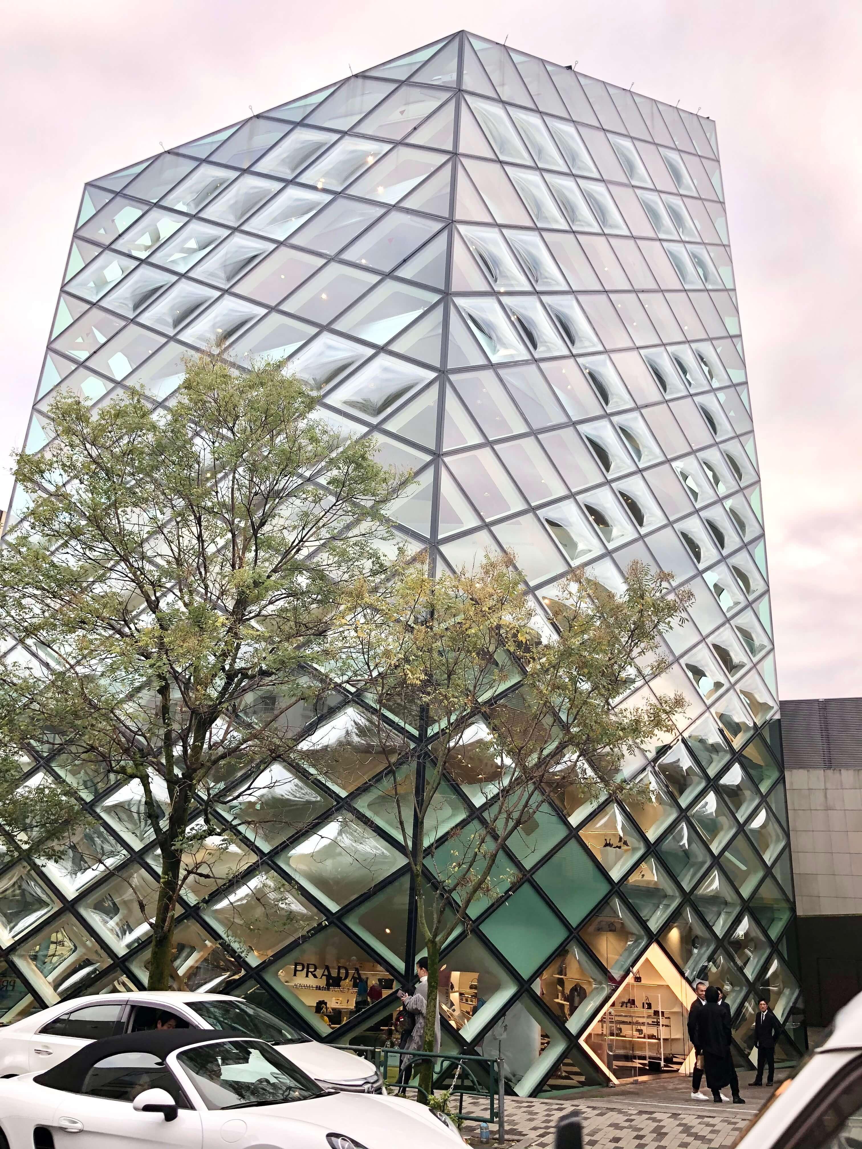 ビル全体がガラス張りのPRADA青山店。ガラスがキルティング生地のようなステッチに見える造りでモダンでオシャレ。