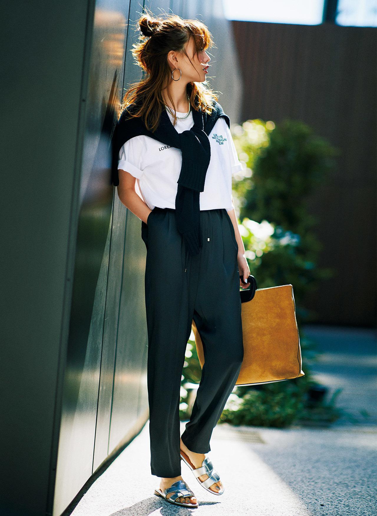 白Tシャツ×黒パンツのカジュアルファッションコーデ