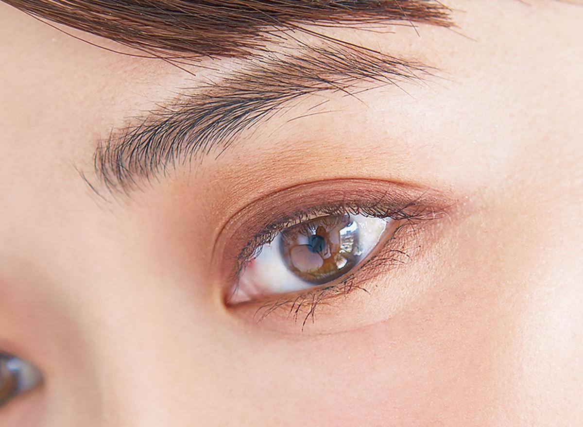 目もとは肌なじみと末端のていねいさが決め手