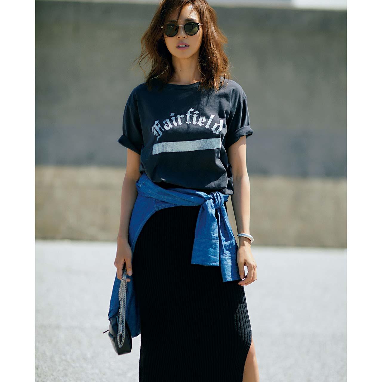 ロゴTシャツ×ブラックのスリット入りタイトスカートコーデを着たモデルのSHIHOさん