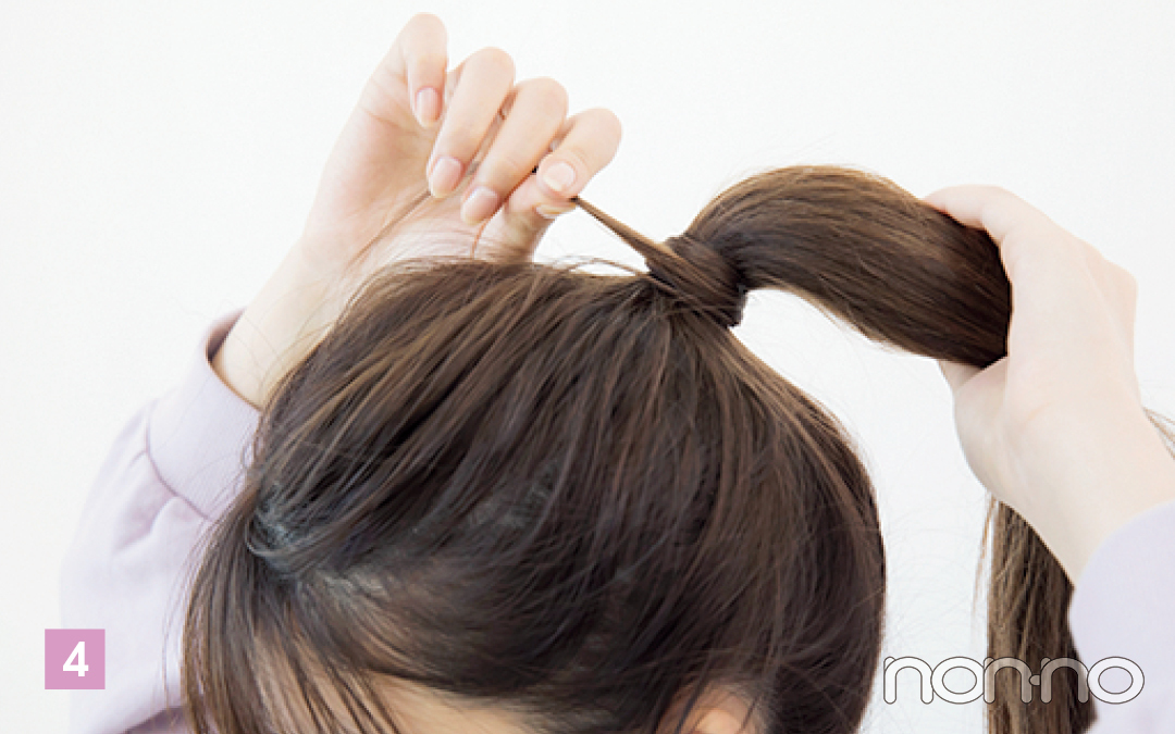 フォルムが完成したら、結んだ髪からひと束取り、結び目に巻きつけてピンで留める。