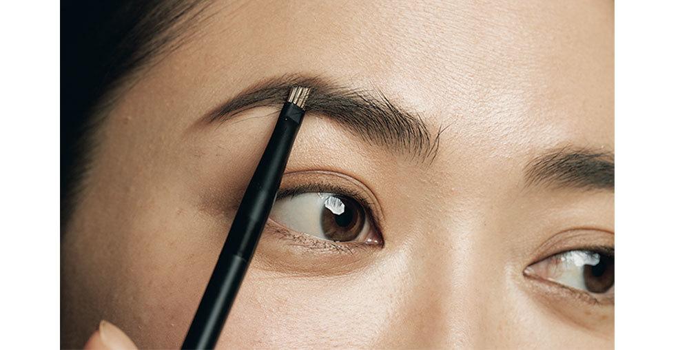 ①の濃い色を③のブラシにとり、毛が薄い部分を補いつつ、形を描く。スクリューブラシでなじませ、透明アイブロウマスカラで毛流れを整える