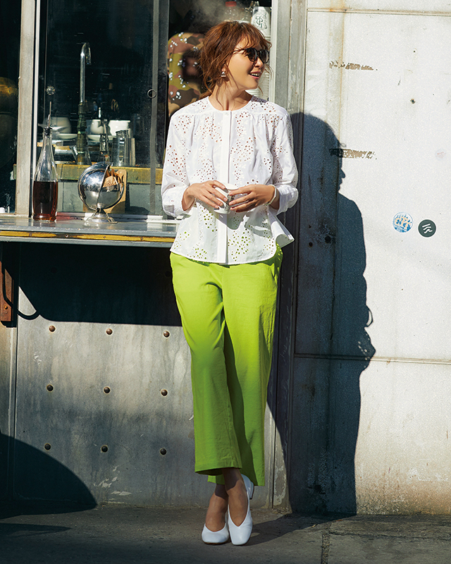 蛍光グリーンのクロップドパンツ・アイレットレースのブラウス