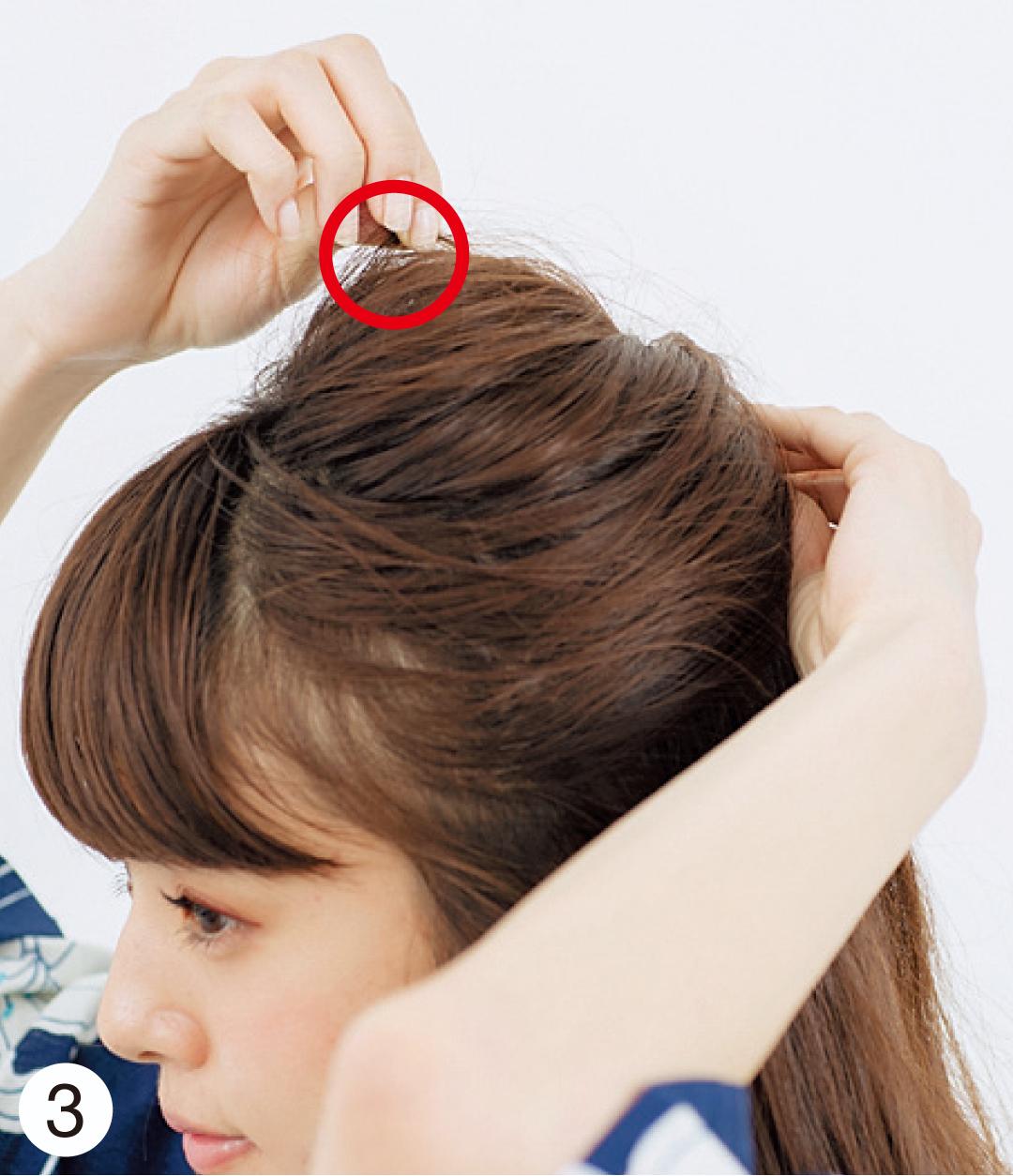 ピンで固定した位置をしっかり押さえ、トップの毛束を少しずつ引き出して。仕上げに前からも見えるよう、トップ近くに髪飾りを。